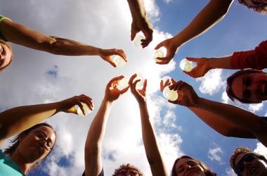 你若向身邊的人伸出溫暖的雙手,上帝也會安排人留下「大把的」好事給你…