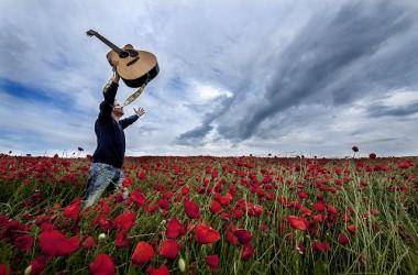若祂發現你的聲音,仍是咒詛和怨言。祂只得絞緊你的心弦,再撥、再彈,直等到你的聲音是讚美、感謝…
