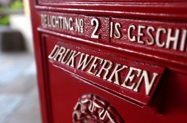 眞信心把信件投在郵箱裡以後,就讓它去了。不信把信件放在郵箱口執住一角,不肯脫手…