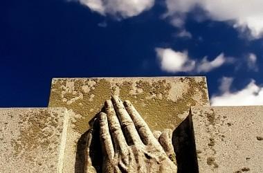 視覺雖帶來毫無希望的消息,信心則繼續堅持,「禱告了又禱告」。