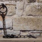 斷開綑綁的鎖鏈